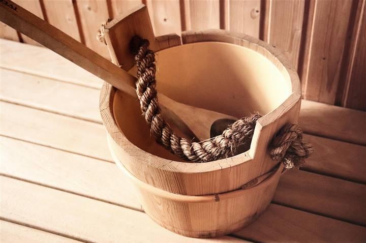 Aufgusskübel in einer Sauna im Detail